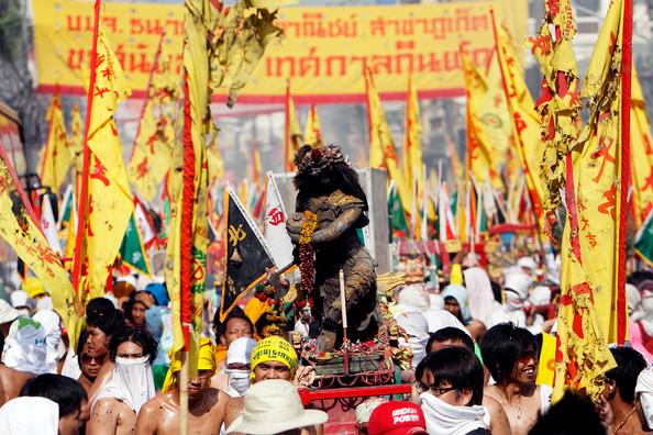 普吉岛素食节:饕餮美食,火上行走表演与欢乐庆典