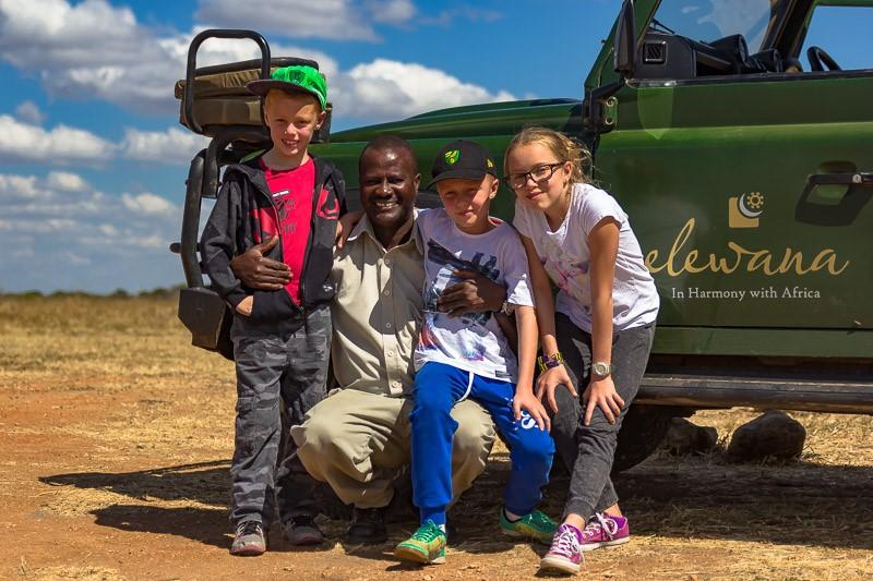 在非洲肯尼亚旅行中途停下来拍照