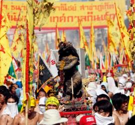 อาหาร พิธีลุยไฟ และขบวนแห่แบบเหนือธรรมชาติในงานเทศกาลอาหารที่มีชีวิตชีวาที่สุดในโลก